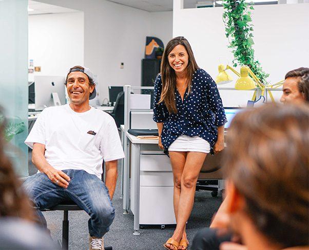 Antoni y Sylvia en la oficina Dingoos
