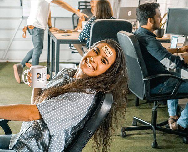 Giuli trabajando en la oficina Dingoos