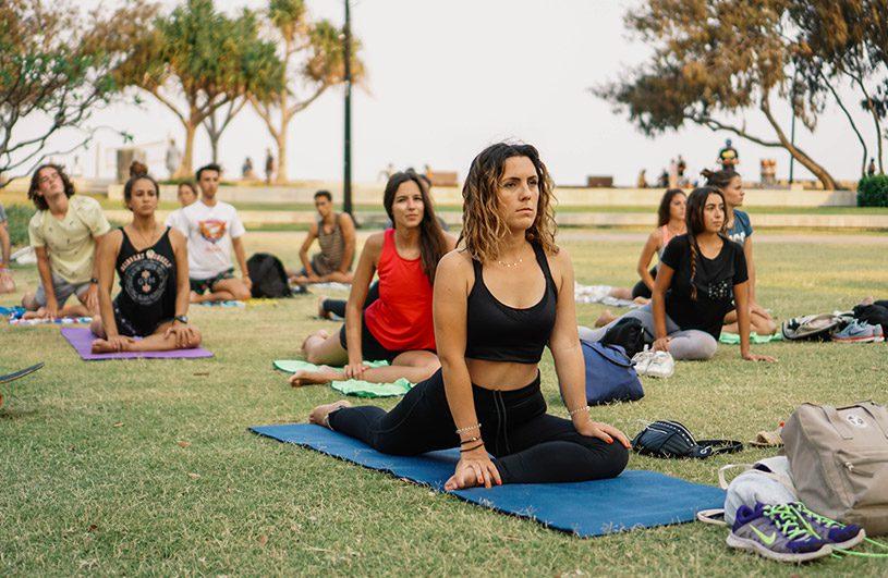 Estudiantes haciendo Yoga